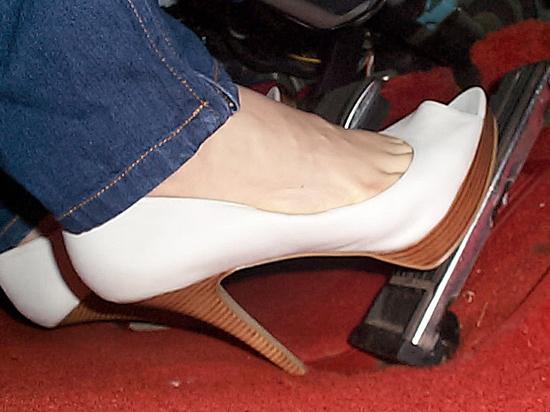 Женские ножки топчут видео