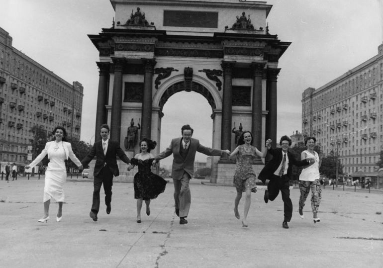 Мода советских школьниц: мы объехали выпускные на машине времени