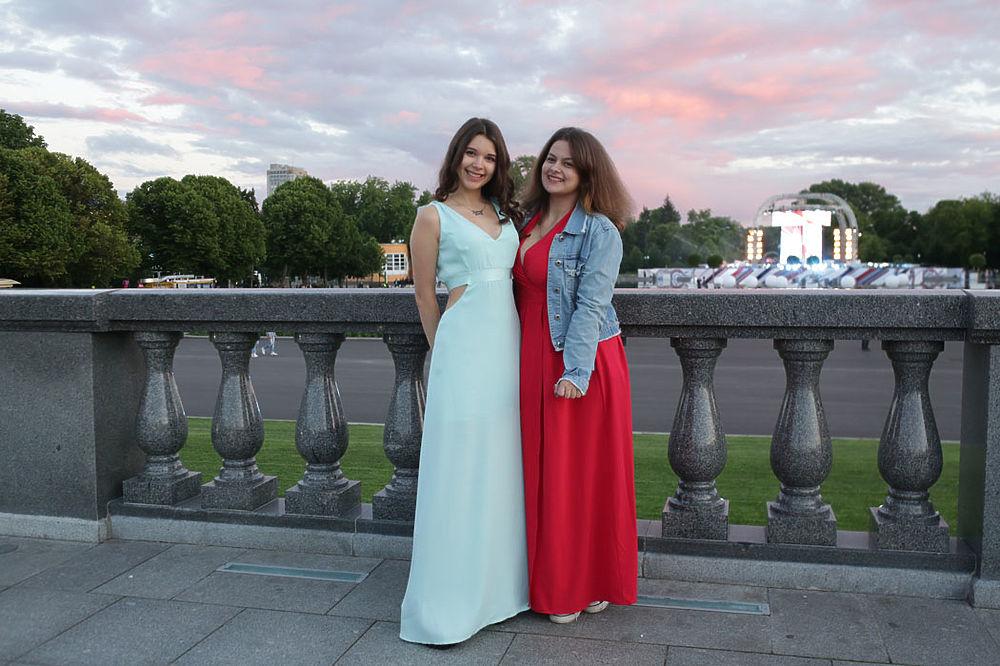 В Парке Горького в Москве прошел выпускной, который посвятили 870-летию города. Юные столичные модницы надели лучшие наряды - хотя погода не баловала теплом.