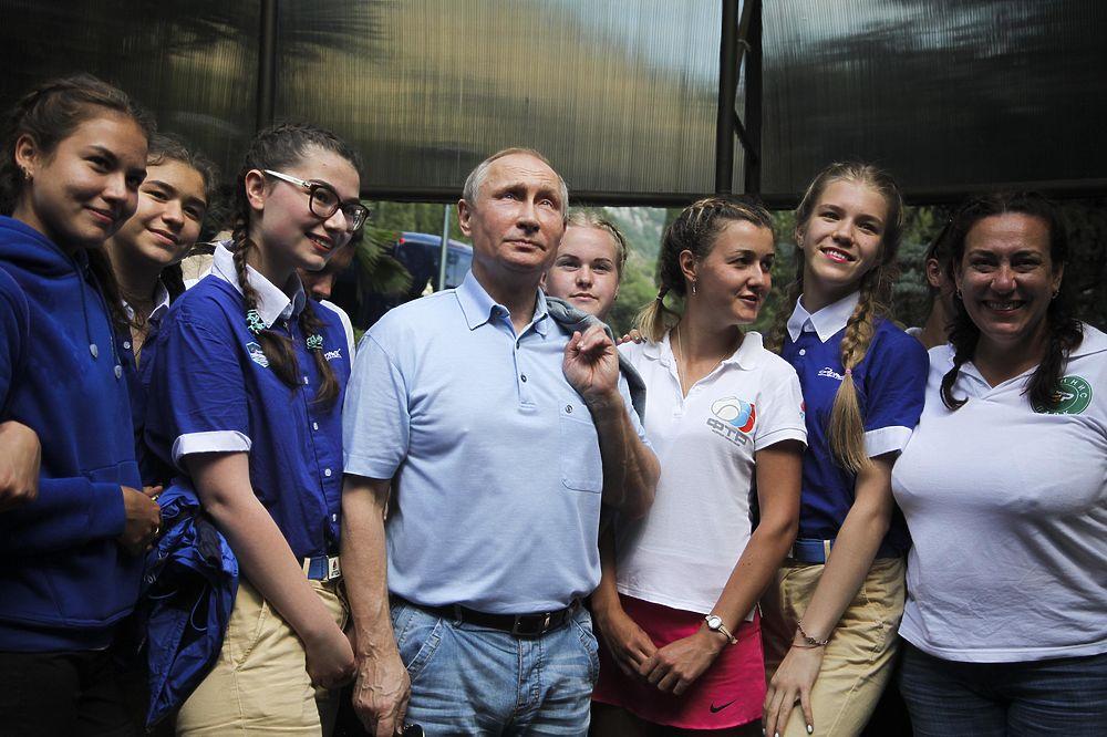 Президент России посетил детский центр отдыха в Крыму. Владимир Путин осмотрел помещения детского лагеря и принял участие в церемонии открытия новой смены, посвященной американской школьнице Саманте Смит, которая побывала в «Артеке» в качестве Посла доброй воли в советские годы