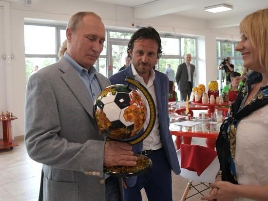 Путин посетил центр народных промыслов «Под крылом Жар-Птицы» в Артеке