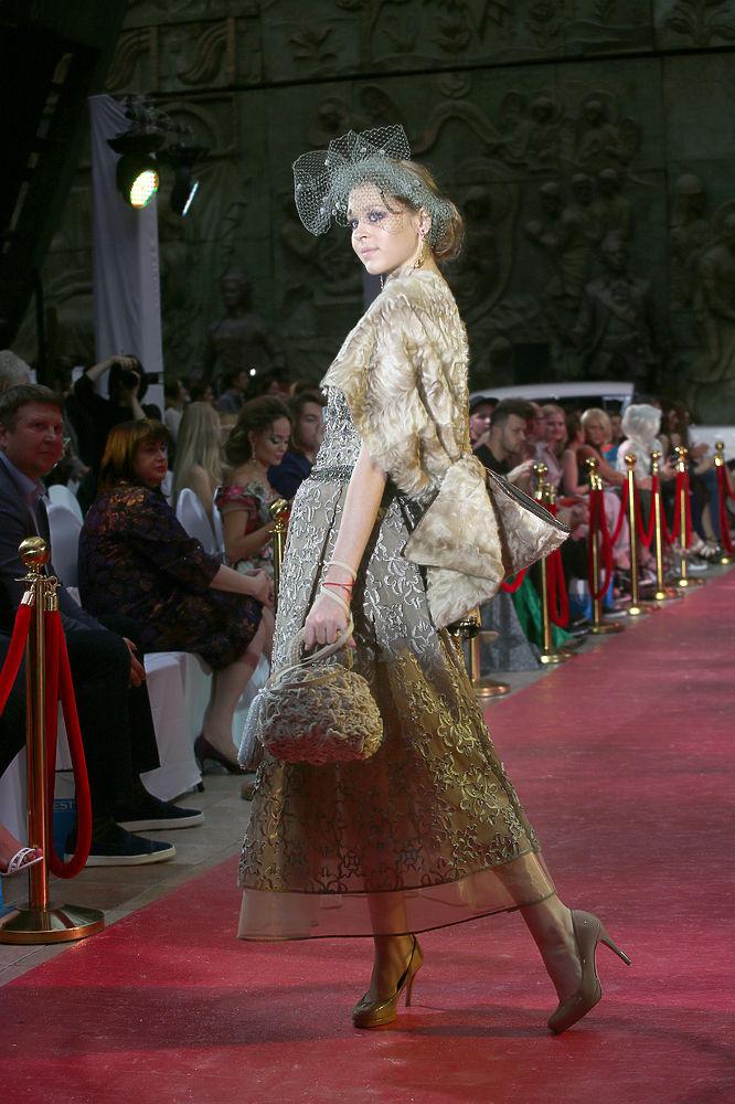 """В рамках 39-го Международного московского кинофестиваля состоялся вечер Благотворительного фонда """"Русский Силуэт"""": актрисы представили наряды, в которых они готовы сегодня появиться на большом экране."""