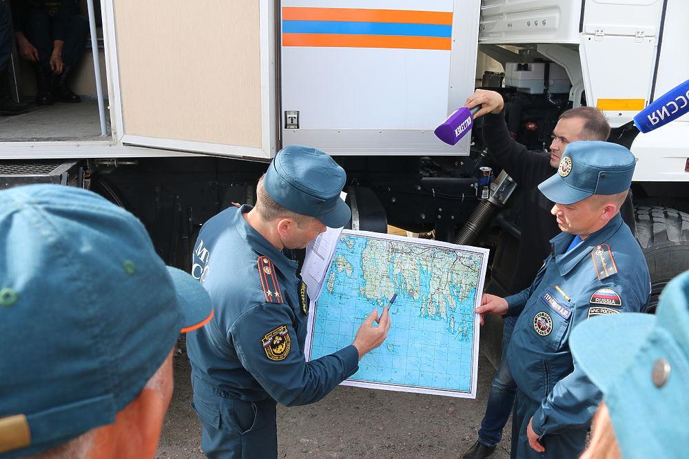 Какими силами и средствами ведется поисково-спасательная операция на Ладожском озере