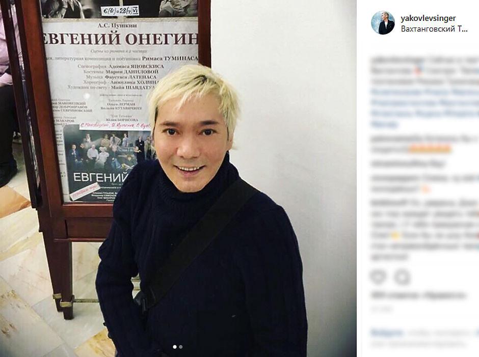 29 июня в возрасте 47-лет скончался бывший участник группы «Иванушки International» певец Олег Яковлев. Он выступал в группе в период с 1998 по 2013 года, в последнее время занимался сольной карьерой, выпустив синглы «Позвонишь мне после трех шампанского» и «Танцуй закрытыми глазами». В юности он отучился в театральном училище как актер театра кукол, а затем и как драматический актер, играл в театре Армена Джигарханяна. Затем работал на радио, снимал рекламу, после чего попал на сцену. В последние годы мнго путешествовал вместе со своей гражданской женой Александрой Куцевол, которая и сообщила о его кончине в Instagram. Мы сделали небольшую подборку фотографий последних дней певца, а также концертных фото.