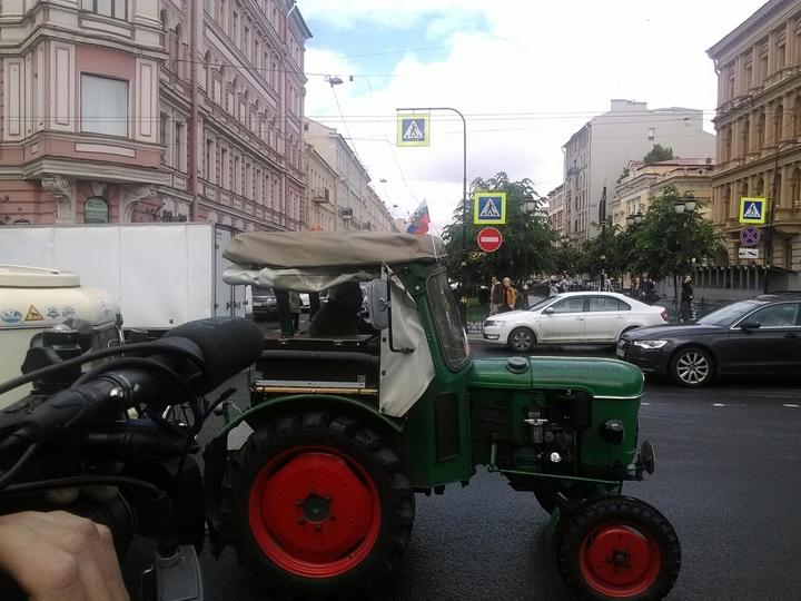 Вместо танка: 81-летний немец приехал в Петербург на тракторе