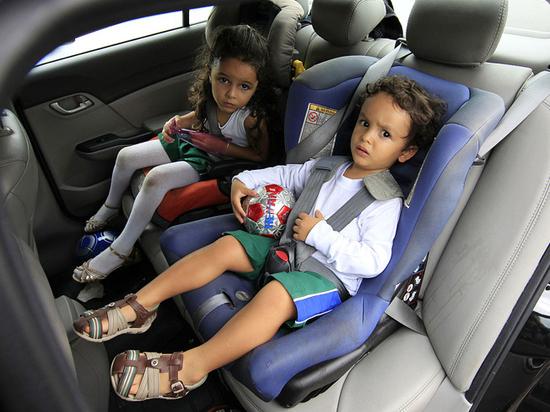 Школьников разрешили перевозить без детских кресел