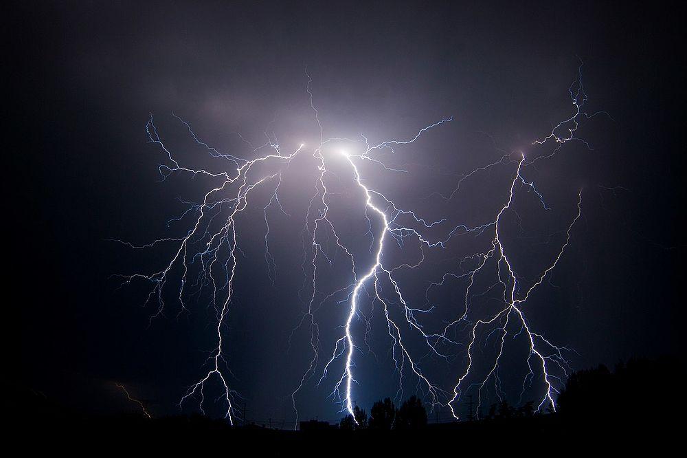 """В ночь на 5 июля в Барнауле прошла сильная гроза. Сверкающие молнии самых причудливых форм освещали темноту ночи. Некоторые местные жители сумели сделать снимки красивого явления. Впечатляющие кадры они выложили в паблик """"Вarneos22"""" в соцсети """"ВКонтакте""""."""
