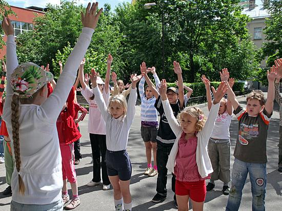 Дети не могут попасть в летние лагеря отдыха при школах