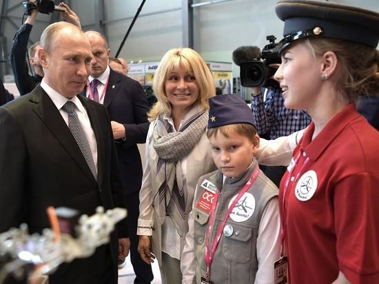 """""""Передайте внукам"""": дети подарили Путину развивающую игрушку"""