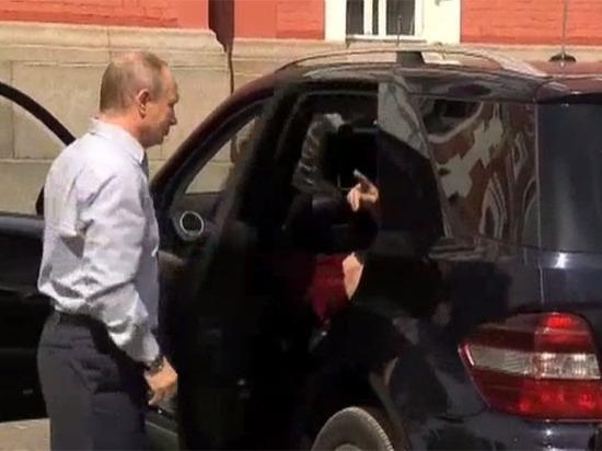 Мужик на машине везет свою спутницу видео