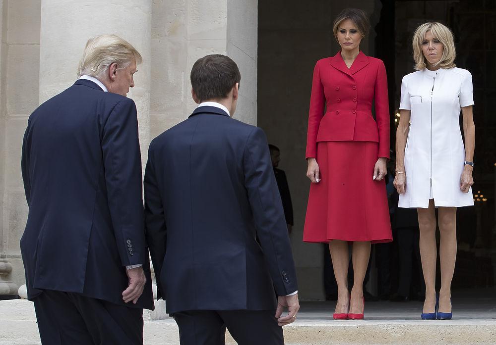 """Официальный визит президента США во Францию вызвал интерес не только среди политологов, но и среди поклонников моды.  Очная встреча Бриджит и Меланьи фактически стала неофициальным сражением за звание самой стильной """"первой леди"""""""