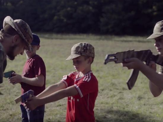 """""""Бей москаля, складайте трупы"""": украинских детей натаскивают в лагере """"Азова"""""""