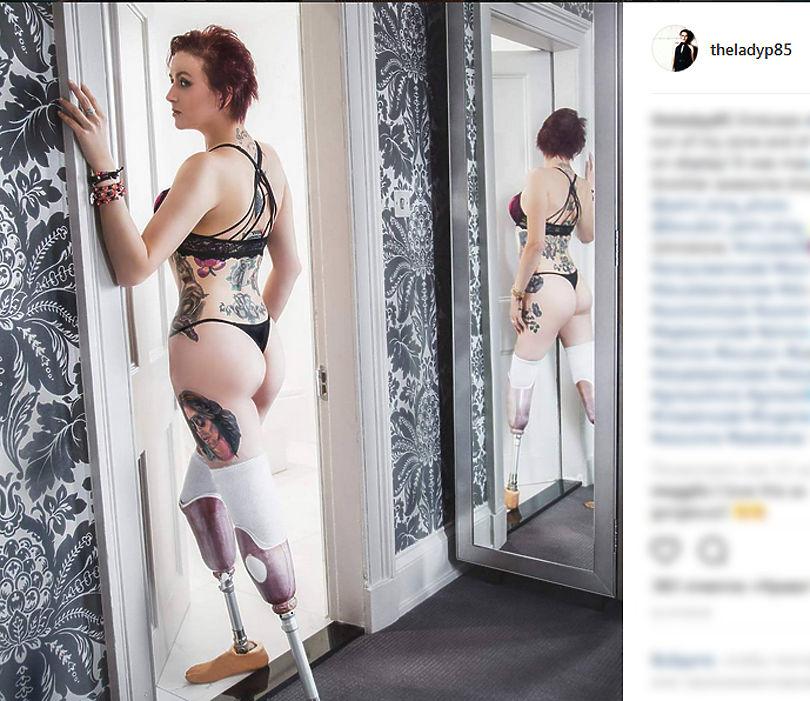 Главным событием стало появление на подиуме Стэйси Пэрис - модели из Шотландии, у которой ампутированы обе ноги.