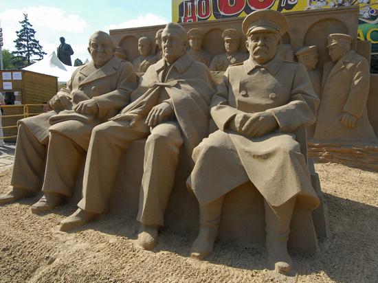 Жители России поведали, какие монументы Сталину они хотелибы видеть
