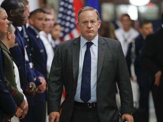 Спайсер разъяснил собственный уход споста секретаря президента США