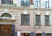 Обрушение в «Доме с писателями»: со стены отвалился барельеф