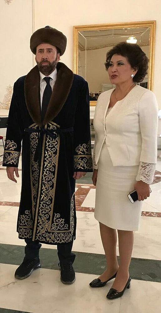 Фото голливудского актера Николаса Кейджа на казахском кинофестивале, на котором тот стоит с печальным видом в национальном наряде, чапане, разошлось по сети. Пользователи тут же сделали множество коллажей