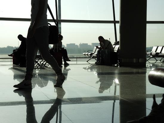 Россиян могут заставить платить за провоз телефонов в самолетах