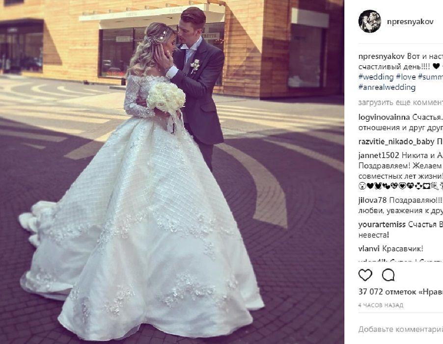 Внук Аллы Пугачевой Никита и студентка Алена Краснова сыграли свадьбу. Фото с торжества поражают не столько дорогим декором, блестящими платьями и звездным составом гостей, сколько исходящей от молодоженов нежной любовью.