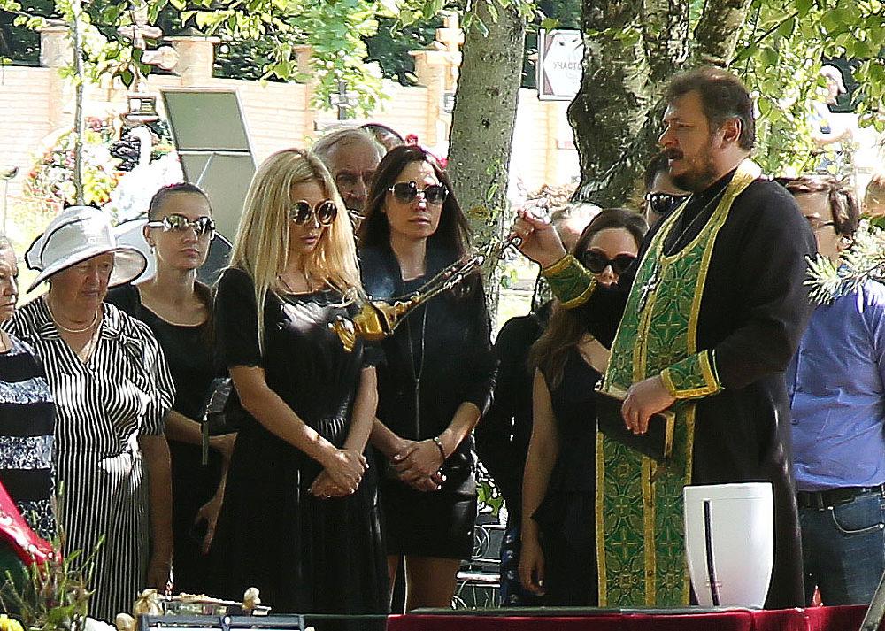 Прощание с бывшим солистом группы Иванушки International прошло 1 июня, а сегодня, спустя 40 дней после утраты музыканта, на Троекуровском кладбище прошло захоронение урны с прахом.