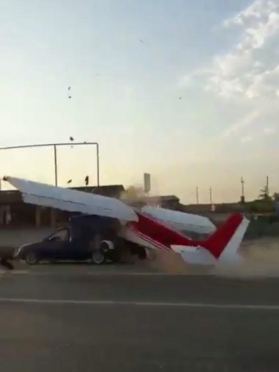 Опубликовано видео ДТП легкомоторного самолета и автомобиля в Чечне