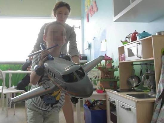 """""""Приемная мама кормила слабительным"""": истощенного магаданского мальчика-маугли приютили родители-москвичи"""