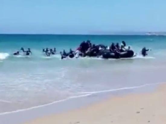 Словно пираты: Интернет шокировало видео прибытия мигрантов на испанский пляж