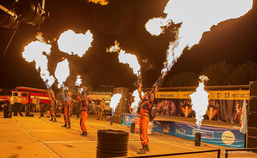 В Коктебеле жаркие ночи: к морю приехали лучшие исполнители огненных трюков