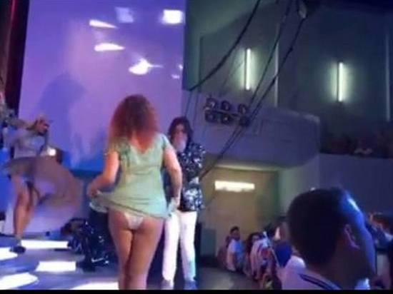 «Королева Анапы!» Страстная фанатка устроила развратные танцы наконцерте Киркорова
