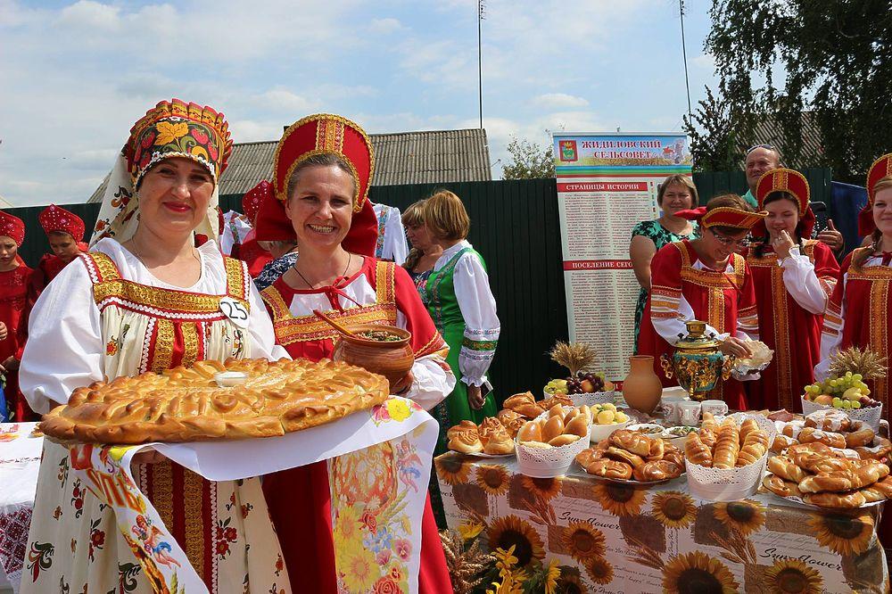 Под Тамбовом представили 61 модель русского сарафана