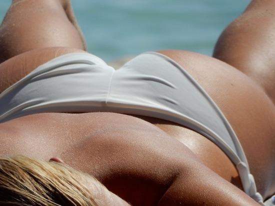 Одна женщина заснула на пляже кро