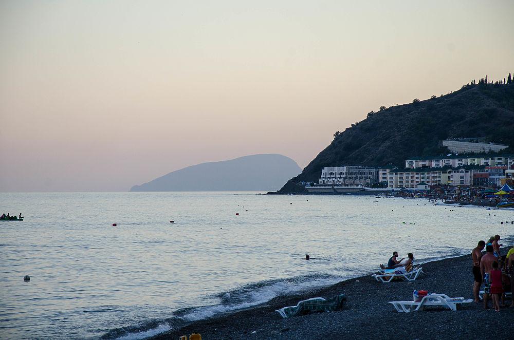 Пляжный патруль в Крыму: как отдыхают туристы в Малореченском