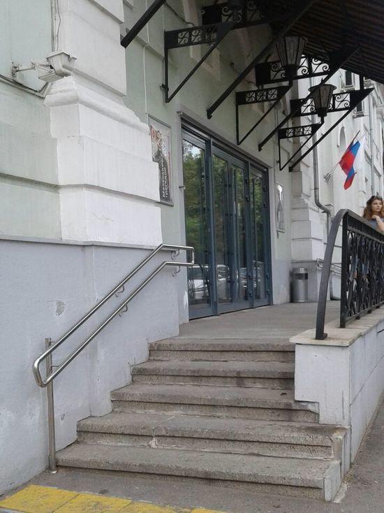 Возле «Гоголь-центра» защитники Серебренникова ждут митинга