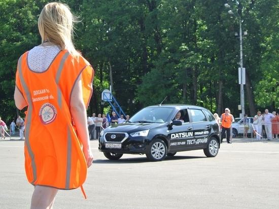 На главной площади Смоленска водители соревновались в скоростном маневрировании