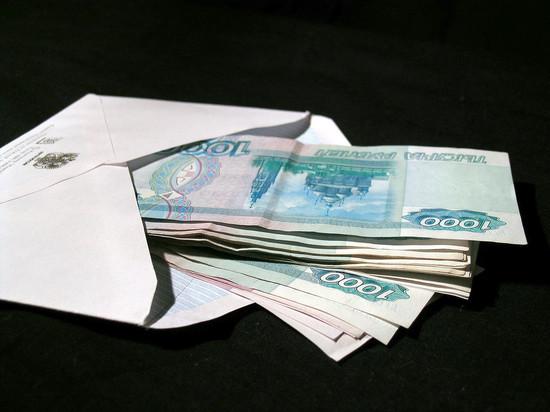 Почти половина россиян получают зарплату в конверте
