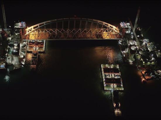 Установка железнодорожной арки Крымского моста: 12 часов в висячем положении