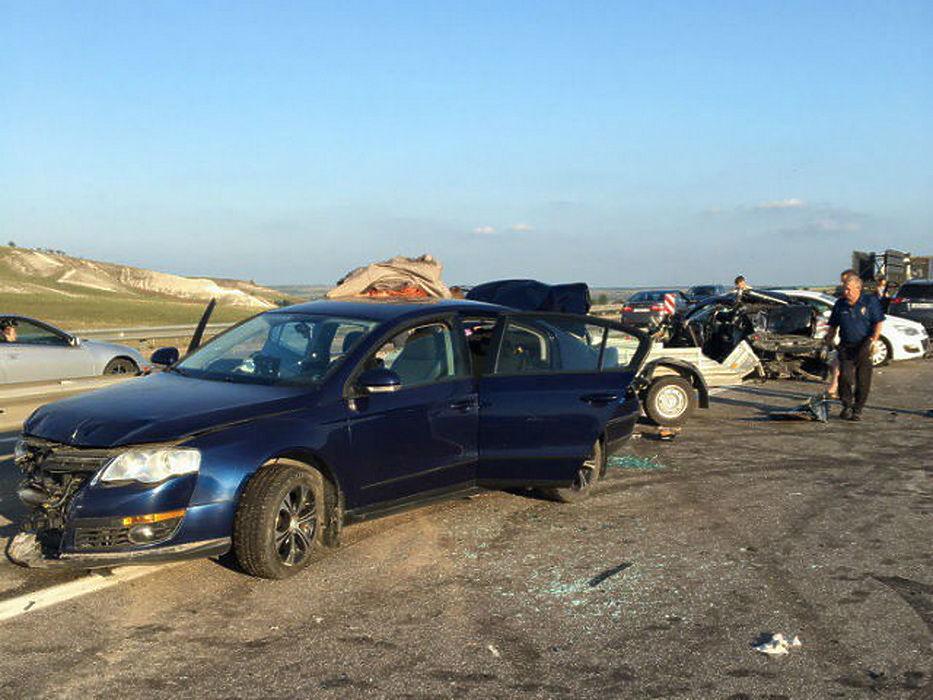 Воронежцы выложили в сеть фото массовой аварии на трассе М4 «Дон» в Бобровском районе