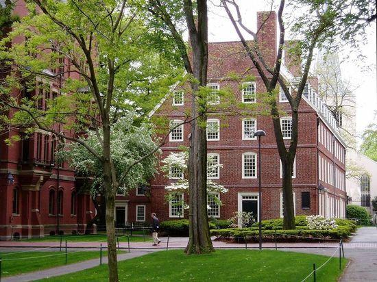 «Череп и кости», «Лига плюща»: как в университетах мира готовят мировую элиту
