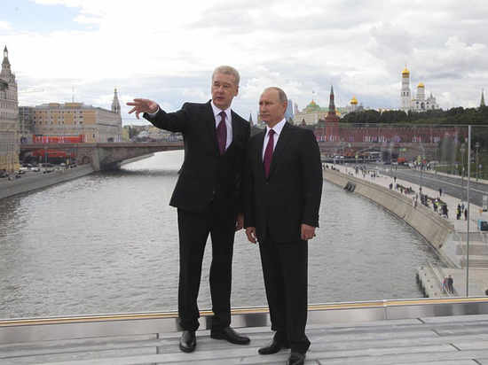 Путин впарке «Зарядье» посмотрел на собственный  дом свысоты птичьего полета