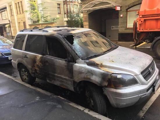 «За Матильду гореть»: у офиса адвоката Учителя сожгли машину