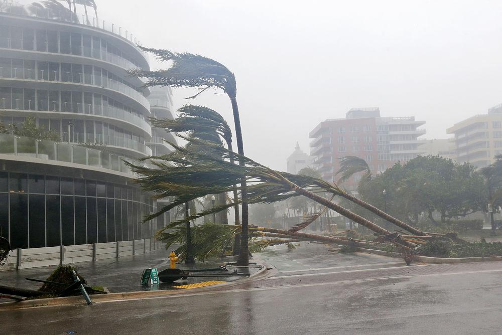 """Один из самых мощных ураганов десятилетия """"Ирма"""", изрядно потрепав карибские острова Сен-Мартин и Сен-Бартелеми, а также Кубу, устремился к американскому материку, сметая всё на своем пути. В ночь на 11 сентября удар стихии принял на себя Майами."""