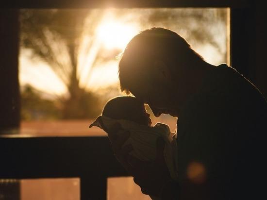 Ученые рассказали, чем чревато позднее отцовство
