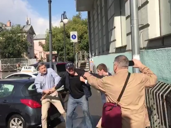 В Москве произошла жестокая драка адвоката Новикова и активиста SERB