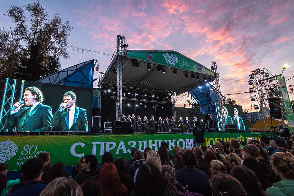 В субботу, 16 сентября, в Барнауле с большим размахом отметили сразу две знаменательные даты: 80-летний юбилей Алтайского края и 287-летие города. В течение всего дня работали праздничные площадки с насыщенными программами: концерты, соревнования, фестивали, конкурсы, выставки, мастер-классы. В Барнауле открыли один из объектов туркластера «Барнаул - горнозаводской город» - пешеходную зону на улице Мало-Тобольская. Ярким завершением стали концерт группы «Корни» и праздничный фейерверк.