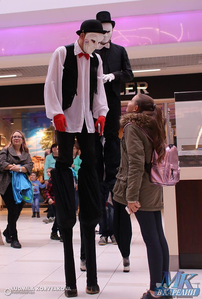 Недосягаемые ходулисты поднимали ошалевших от радости детей на свою высоту!