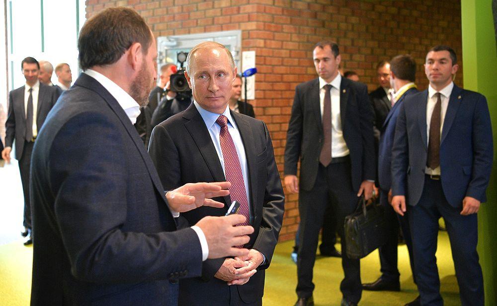 """Роботы Путина: президента в Яндексе познакомили с """"Алисой"""" и беспилотником"""