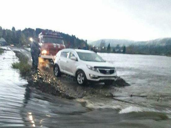 В Междуреченске дожди размыли переправу через Томь