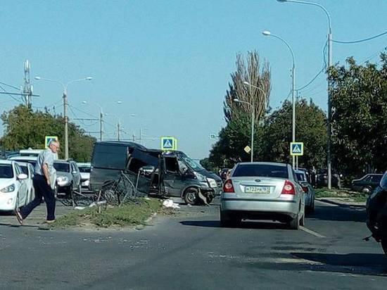 В Ростове столкнулись иномарка и микроавтобус: пострадали оба водителя