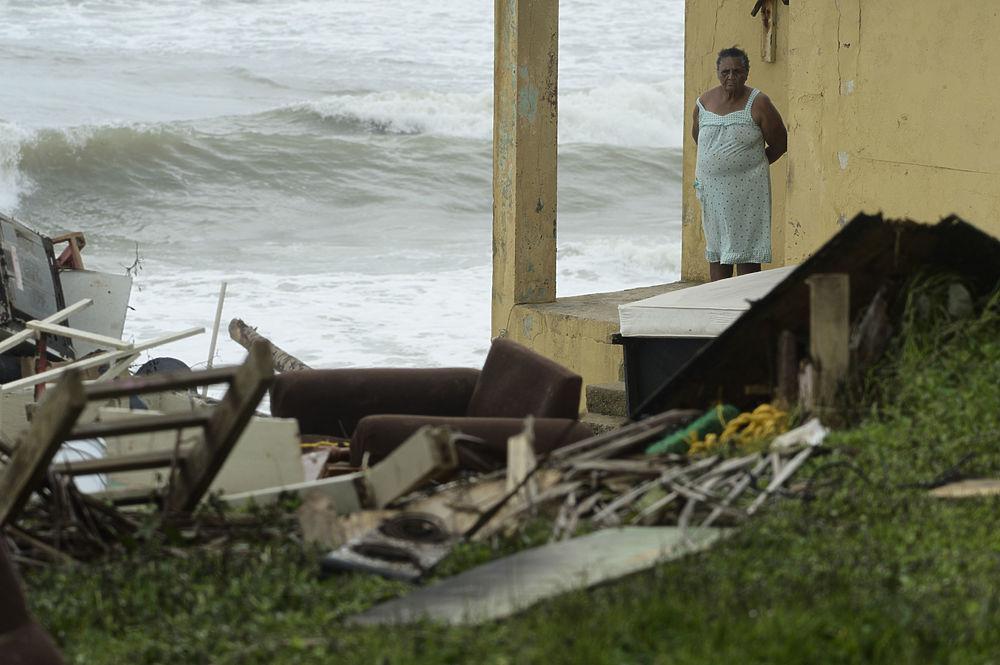 """Число жертв урагана «Мария» растет. В Пуэрто-Рико в результате удара стихии погибли уже 12 человек, еще минимум 15 скончались ранее на Доминике. Часть из них утонула, 8 человек в Пуэрто-Рико погибли под селью в убежище, в котором пытались спастись от урагана. Несколько десятков человек числятся пропавшими без вести. 70% домов на Доминике остались без крыш. """"Мария"""" обрушилась на Карибские острова 19 сентября и не утихает до сих пор."""