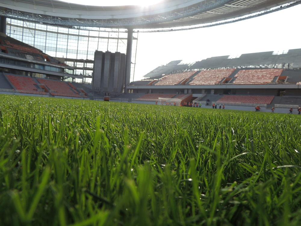 Сегодня, 27 сентября, совместная делегация представителей FIFA и оргкомитета «Россия-2018» проверила готовность «Екатеринбург-Арены» к проведению Чемпионата мира по футболу 2018 года. Объект готов на 90 процентов, его обещают сдать к декабрю этого года.   На данный момент на стадионе полным ходом идут работы по внутренней и внешней отделке, установки временных трибун и входных групп, оснащению VIP-ложи и так далее. По словам директора департамента FIFA по проведению соревнований и мероприятий Колина Смита, никаких серьезных рисков в Екатеринбурге они не увидели.